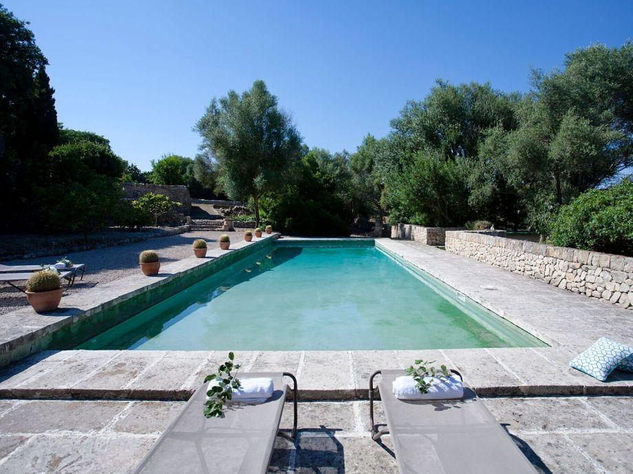 Schöner Pool aus Naturstein