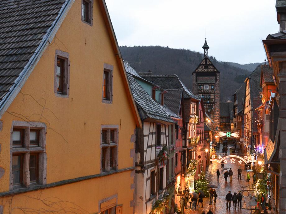 Die Fewo ist im gelben Haus links (Doppelfenster)