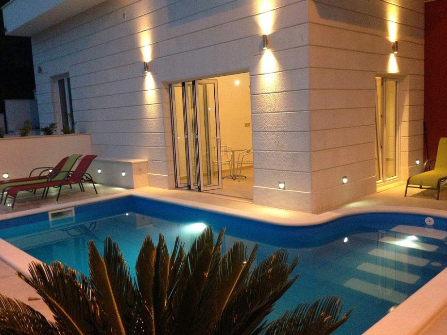 Poolbereich in der Nacht