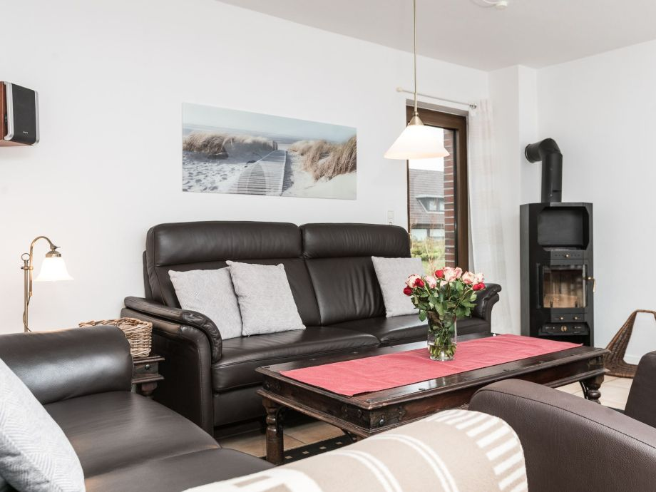 Großer Wohnraum mit Kamin und Flatscreen in der Strauch-Hütte Wohnung 1 in der Kolbergerstr. 8 a in Westerland