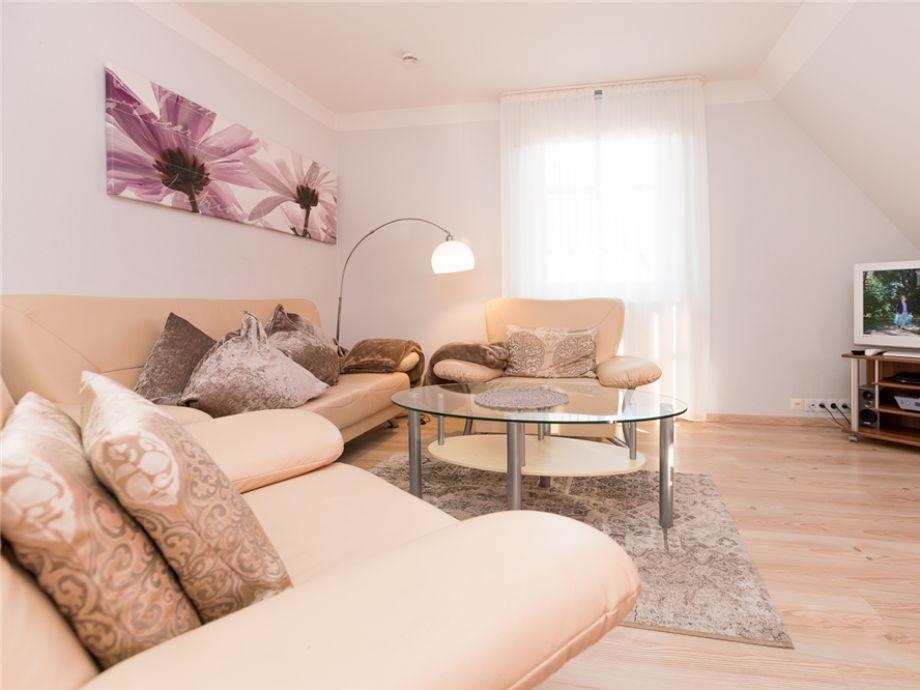 gemütlicher Wohnraum mit einer sehr bequemen Couchgarnitur in der Wohnung 10 des Haus Gotland, in der Deckerstr. 5 b, in Westerland