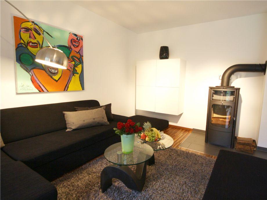 Ihr Wohnzimmer mit Kamin, in der Wohnung 1 des Sylt 44 im Osterweg 44, in Wenningstedt