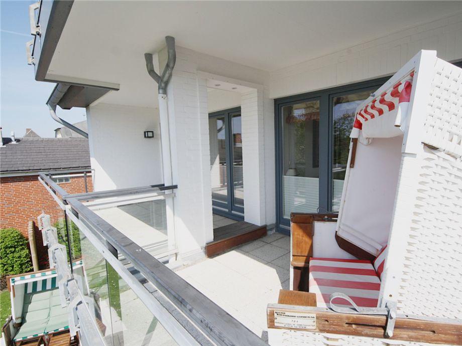 Der möblierte Balkon, der Wohnung 4 im Haus Silvana in der Berthin Bleeg Str. 3, in Wenningstedt, mit Strandkorb