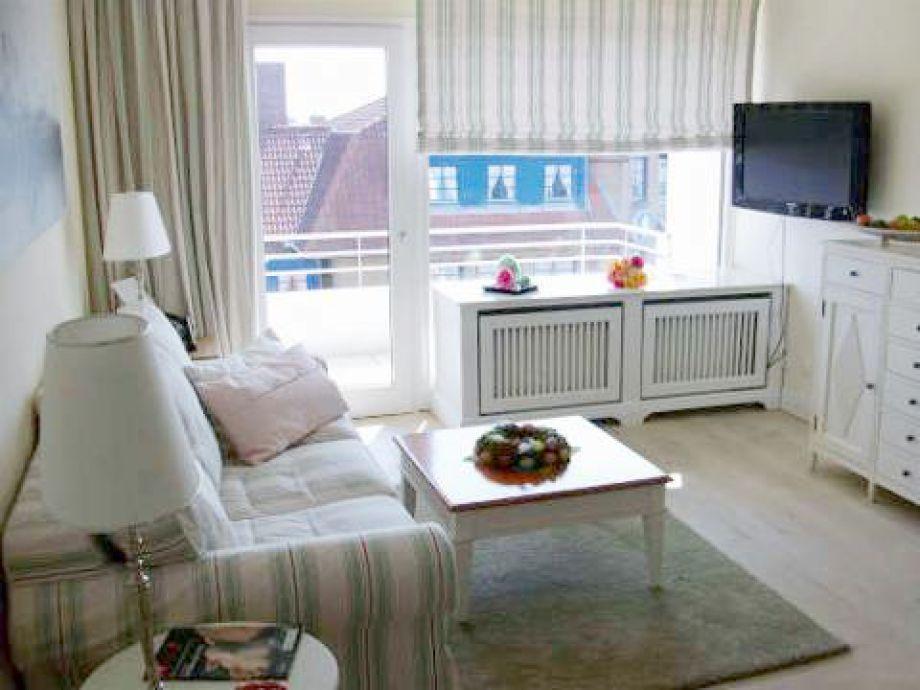 Wohnraum, der Wohnung 63 des Haus Norderhoog in der Kjeirstr. 20, in Westerland, mit gemütlicher Couch