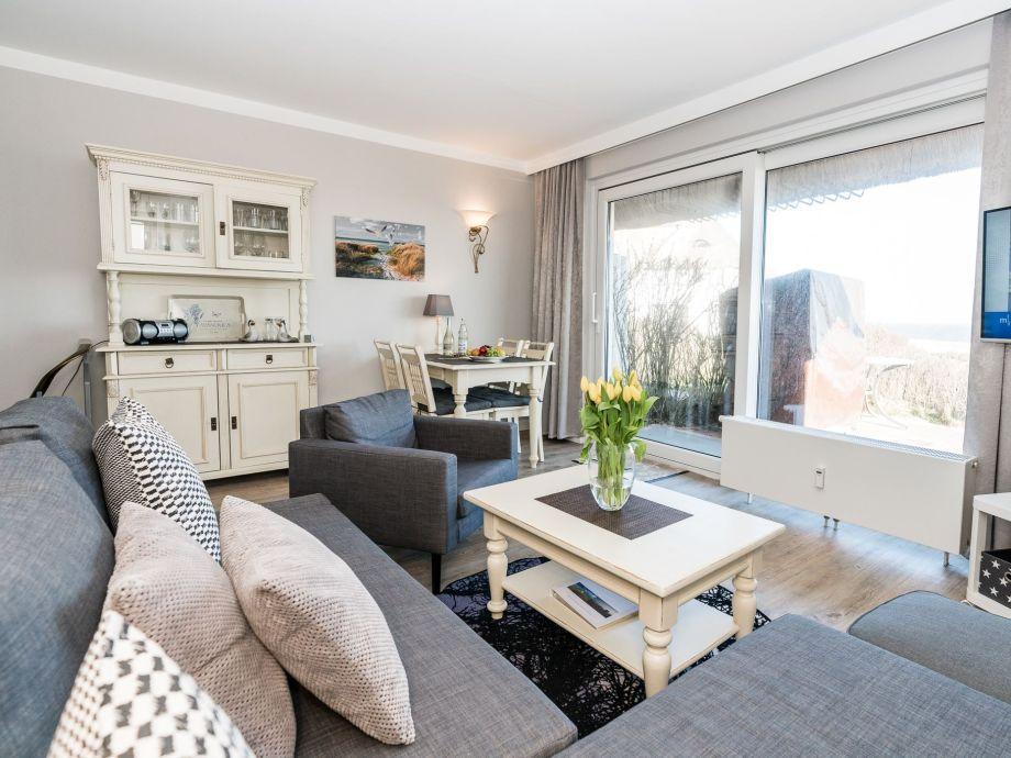 Blick von der Couch in den Wohnbereich, in Ihrer Ferienwohnung Steinum, Raanwai 81 in Rantum