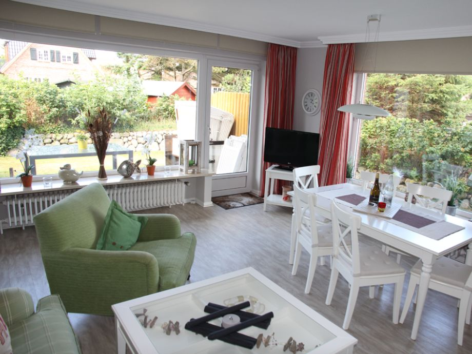 Blick in den großzügigen Wohn-/Essbereich, des Haus Amelie im Friesenring 3, in Wenningstedt, mit den großen Fensterfronten und dem Zugang zur Terrasse