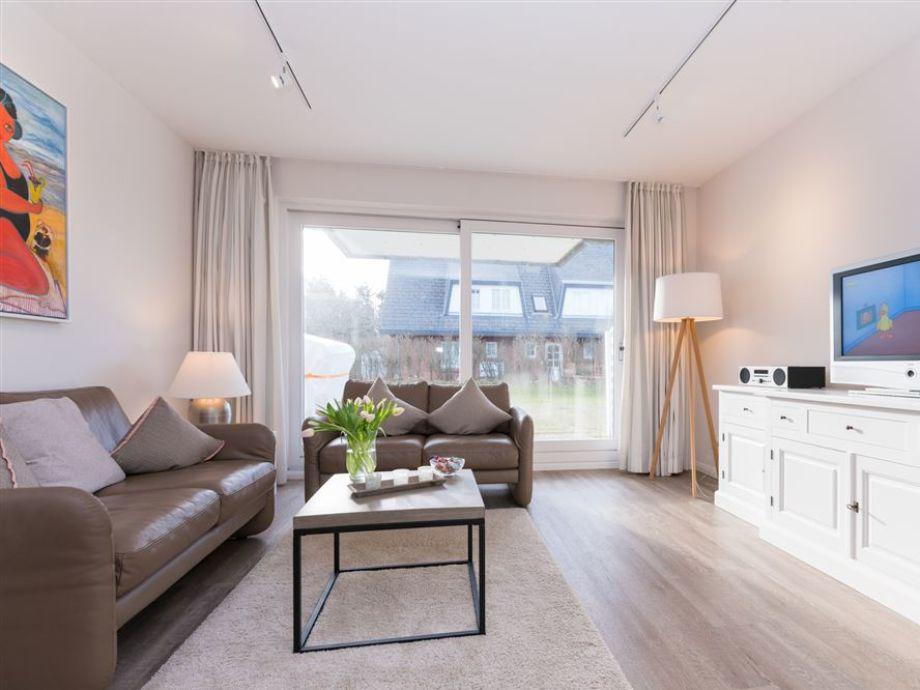 Die Sitzecke im Wohnzimmer ,der Wohnung 1 des Haus Käpt´n Hein Cors im Osterweg 31, mit hochwertiger Ledergarnitur und Zugang zur Terrasse