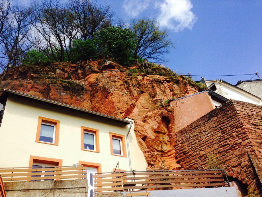 Hausfront mit Felsen