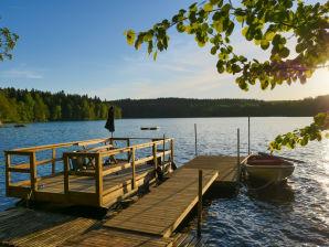 Typisch schwedisches Ferienhaus auf dem Lande