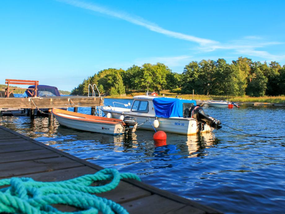 Unser Boot (ohne Motor) im Wasser unten am Pier.