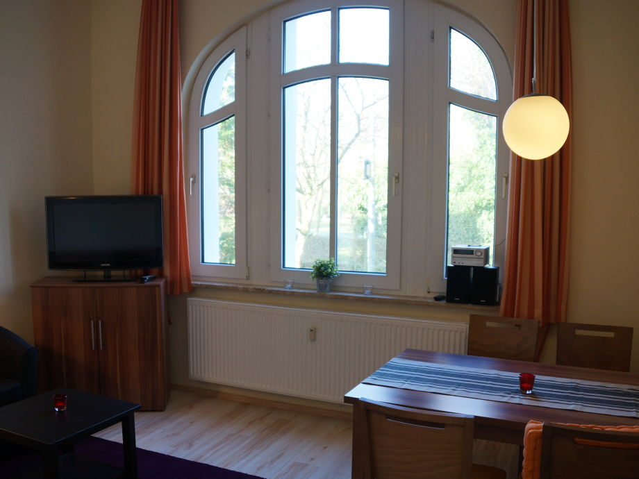 Wohnzimmer mit Blick in den Rosengarten