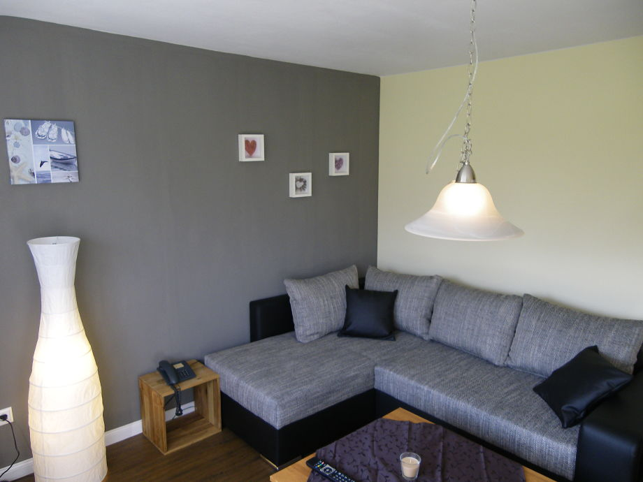 Das Wohnzimmer in der großen Wohnung mit dem Schlafsofa
