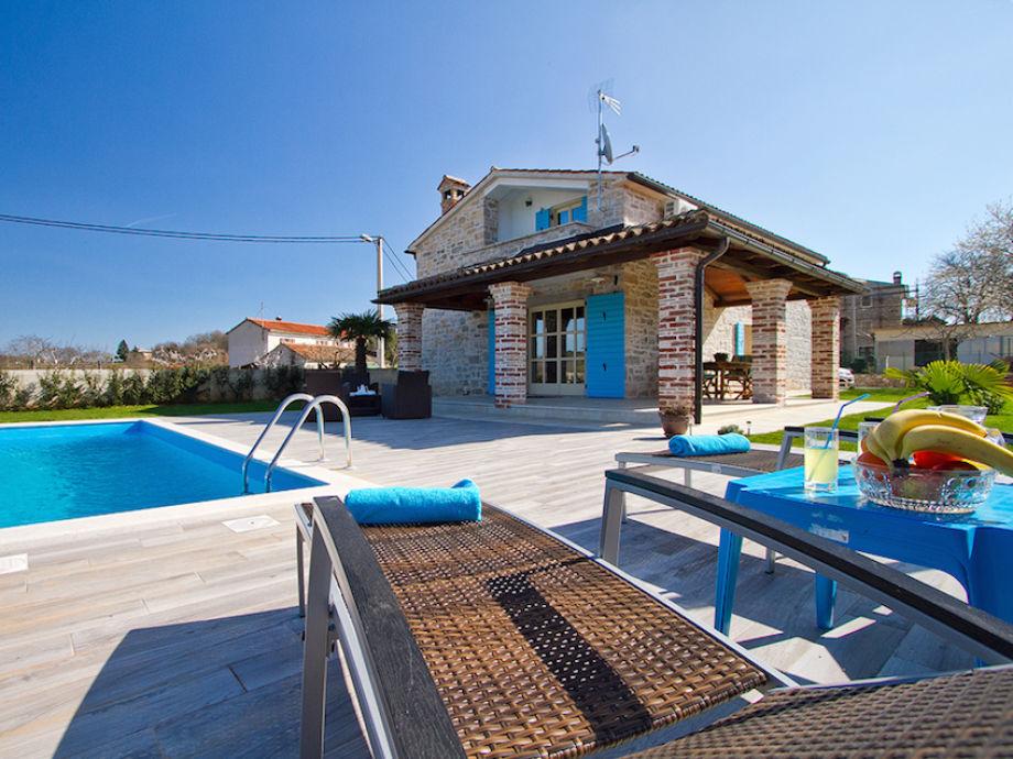 Sonnenbad am Pool der Villa Ida