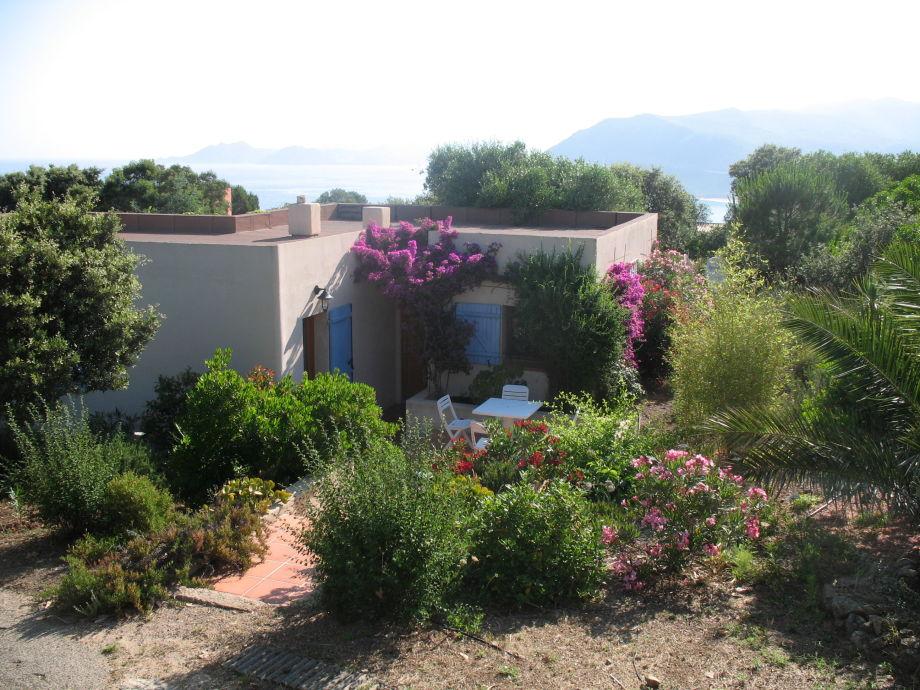 Haupteingang mit kleiner Terrasse