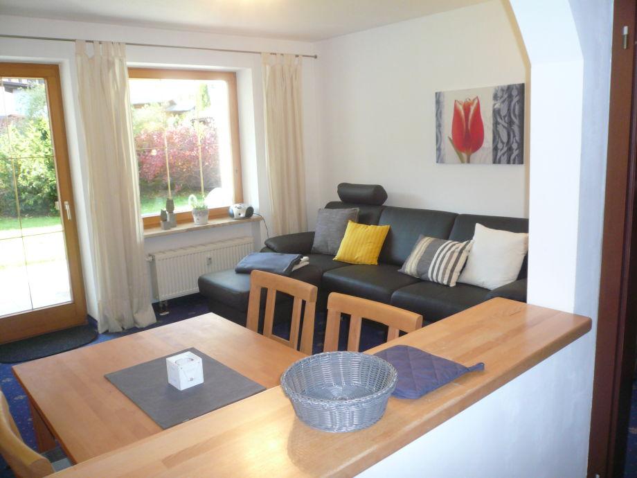 Gemütlicher Wohn-/Essbereich mit großer Couch