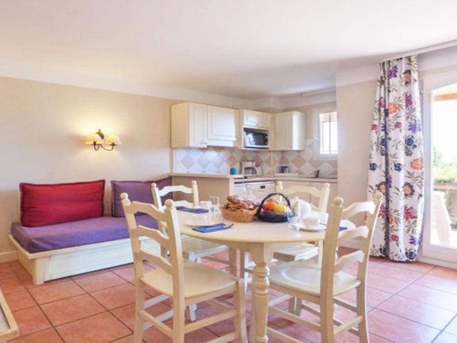 Teilansicht Wohnzimmer mit offener Küche