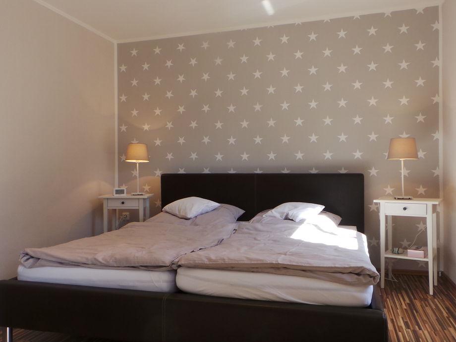 Heller Schlafraum mit frisch bezogenen Betten