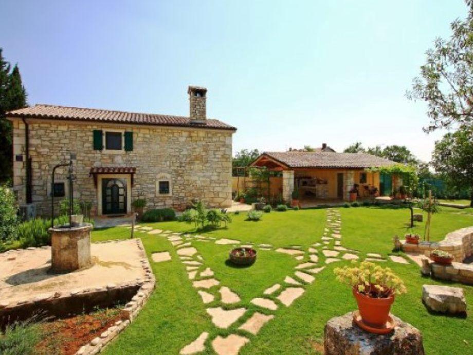 Haus und Sommerterrasse