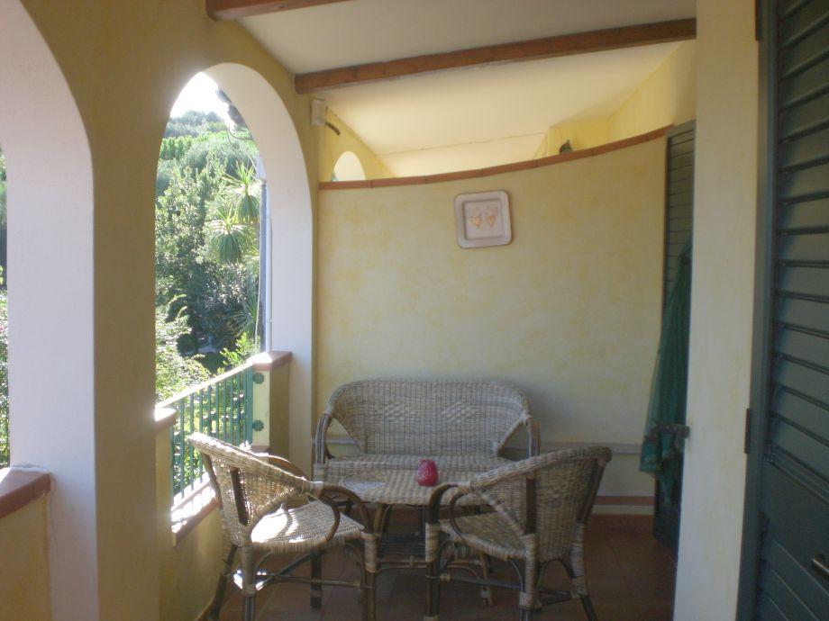 Schöner Balkon mit Sitzgelegenheiten