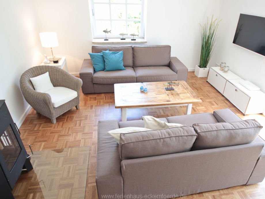 gemütliches Wohnzimmer mit Kamin und 3D-TV