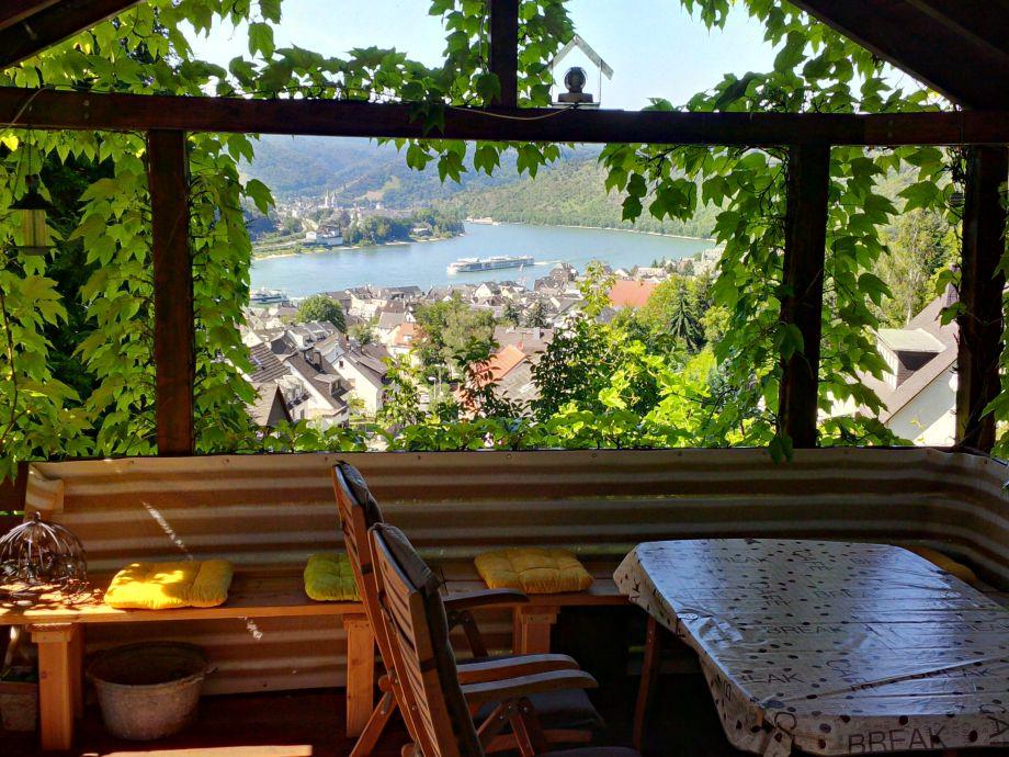 Weinlaube mit Blick ins Rheintal