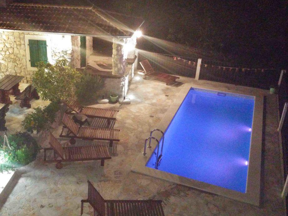 Blauer Pool in der Nacht