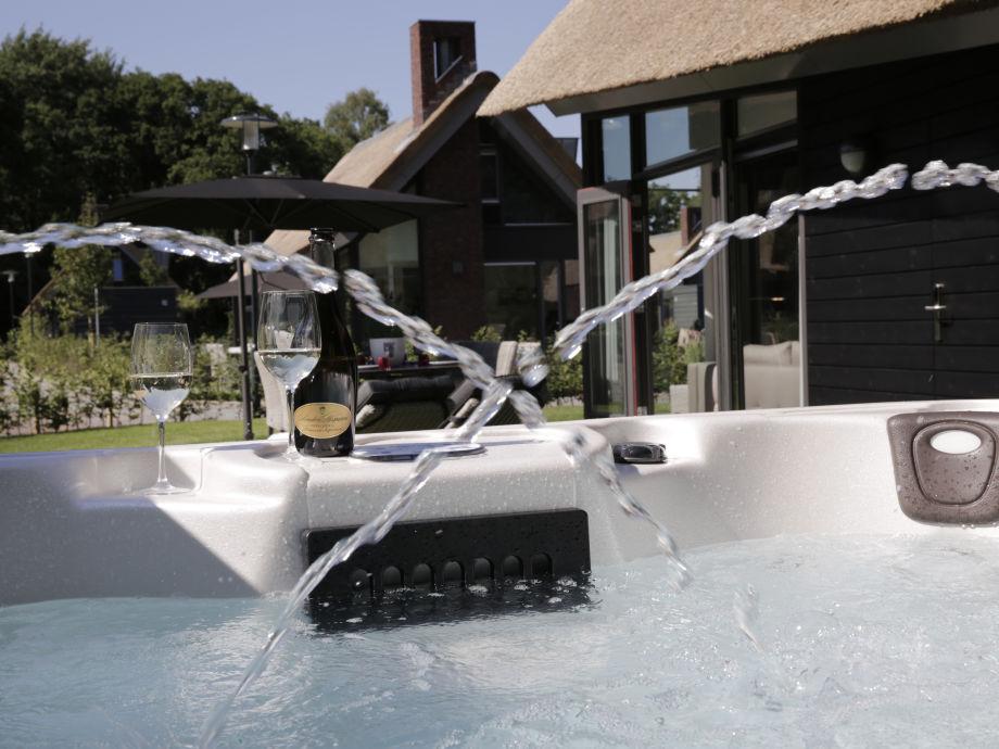 villa mit jacuzzi im zentrum von schoorl nord holland. Black Bedroom Furniture Sets. Home Design Ideas