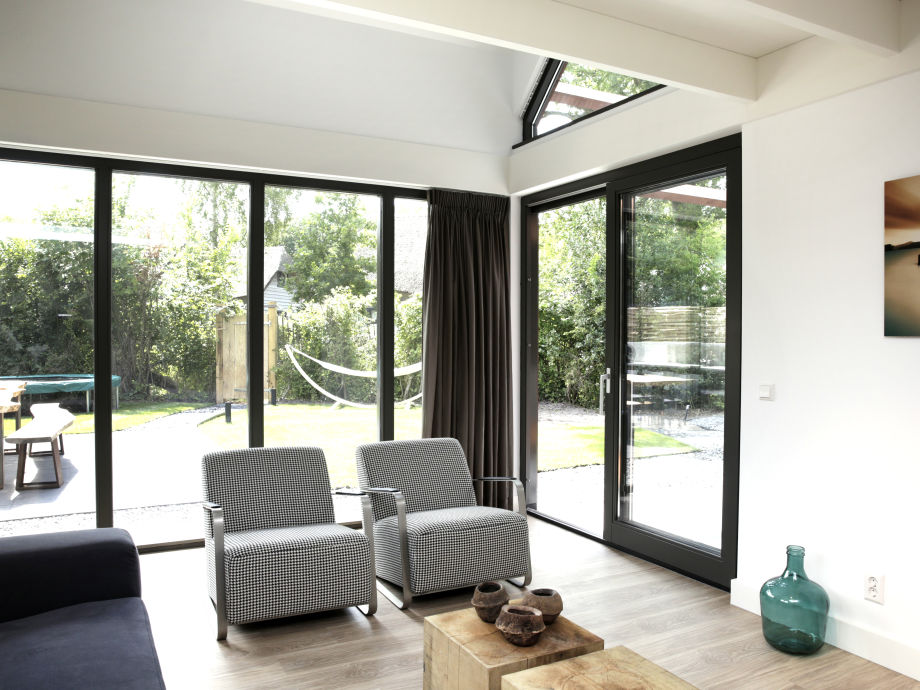 Villa mit jacuzzi au enk che und patio feuerstelle nord for Modern eingerichtete wohnzimmer
