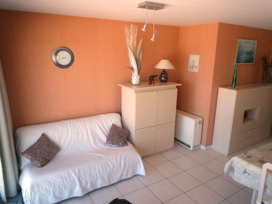 Das helle Wohnzimmer mit Flat-TV