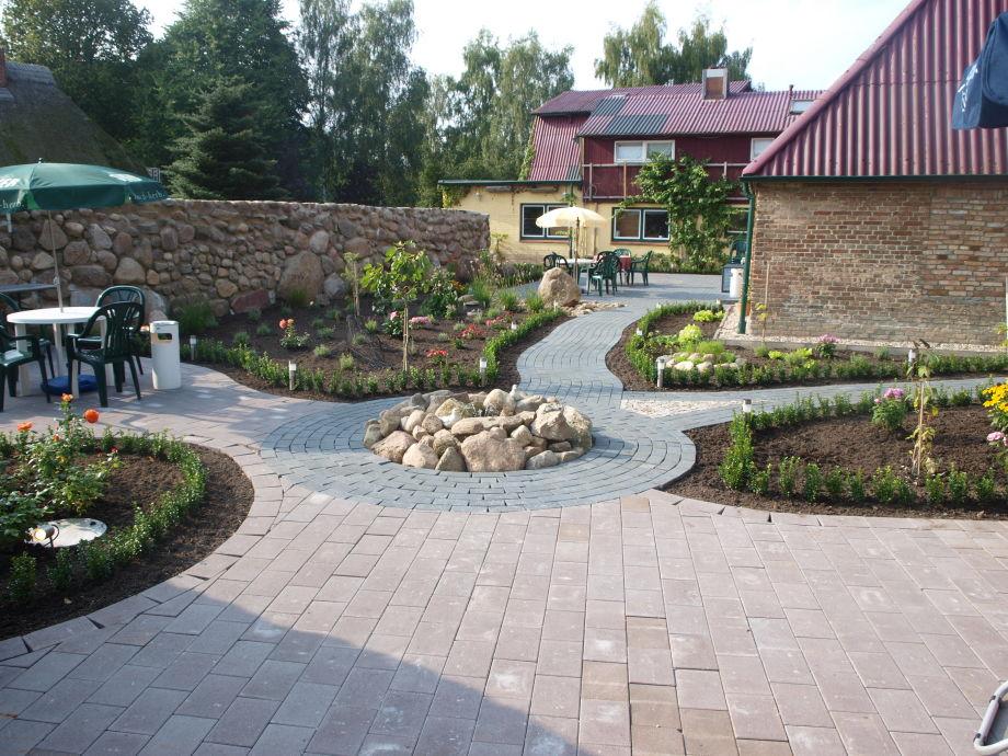 Gepflegte Gartenanlage rundum