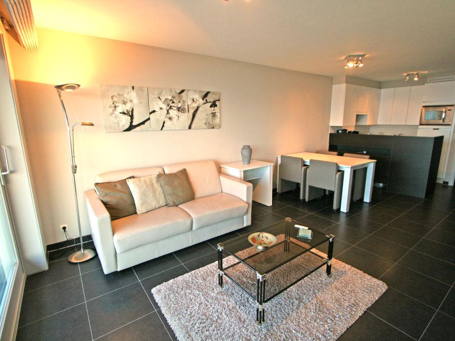 Das Wohnzimmer mit Esstisch und offener Küche