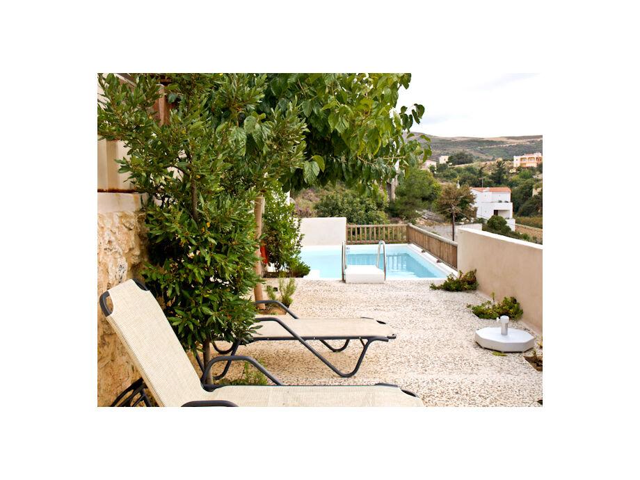 Terrasse mit Pool und Liegen