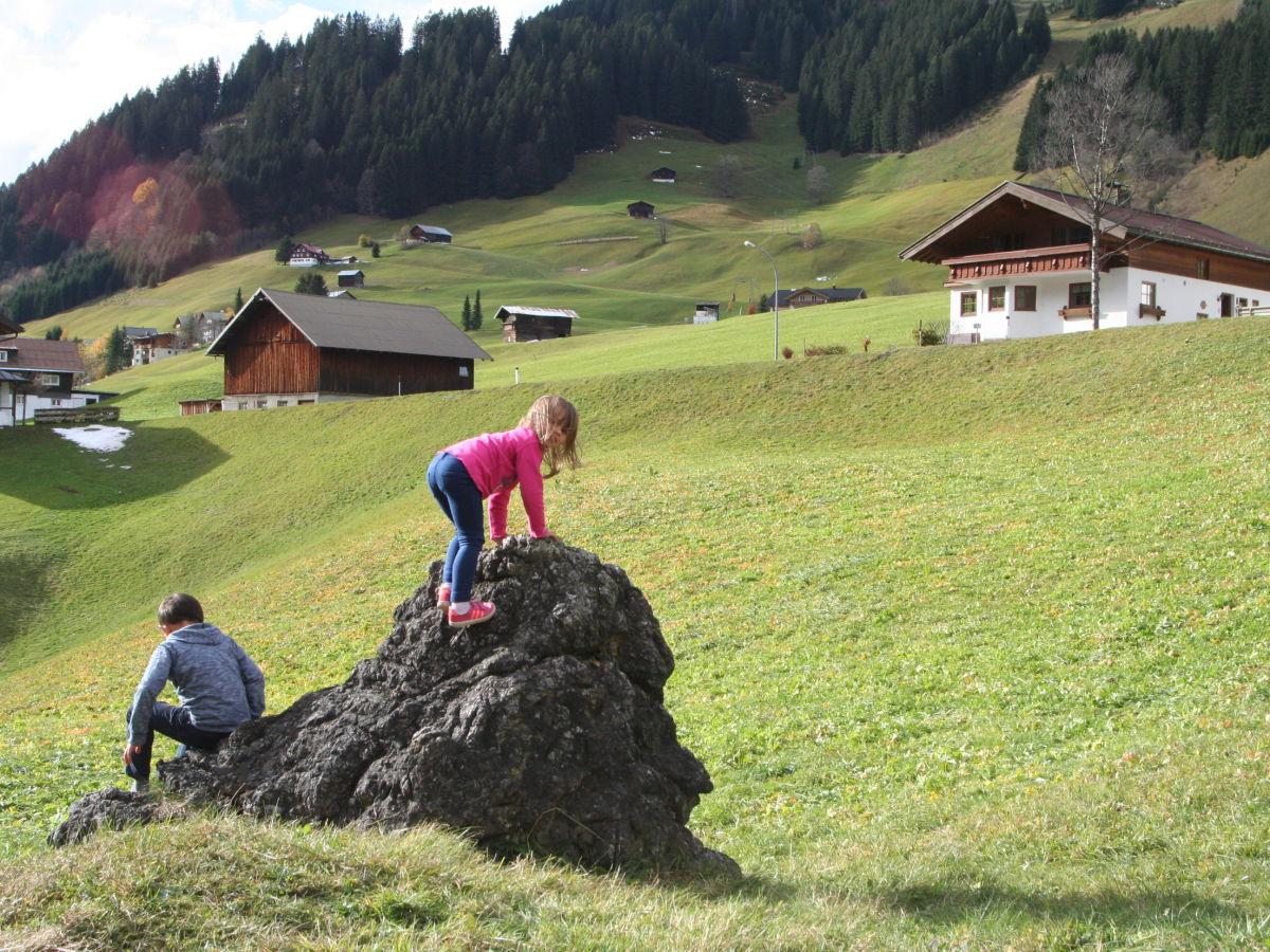 Ferienhaus chalet bergblick a kleinwalsertal frau ulrike wiest - Herbstdeko vor dem haus ...