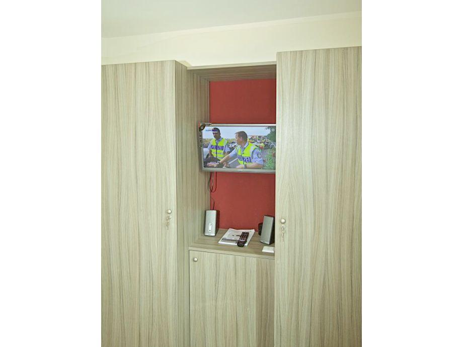 tv im schlafzimmer ferienwohnung d nenm we deutschland nordsee cuxhaven schlafzimmer tv decke. Black Bedroom Furniture Sets. Home Design Ideas