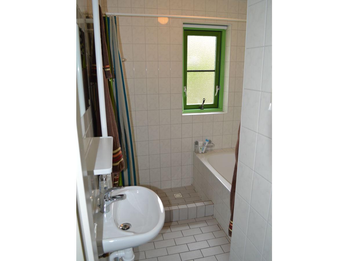 Ferienhaus nele julianadorp familie heck - Badezimmer mit dusche und badewanne ...