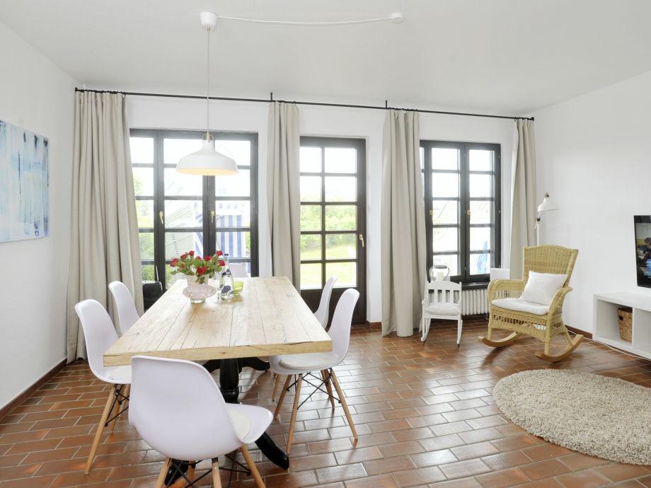 Wohnzimmer mit Ausgang auf Garten und Terrasse