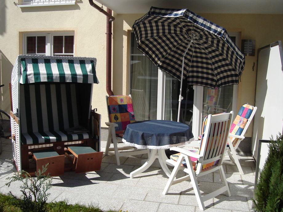Große Terrasse mit Strandkorb und Gartenmöbeln