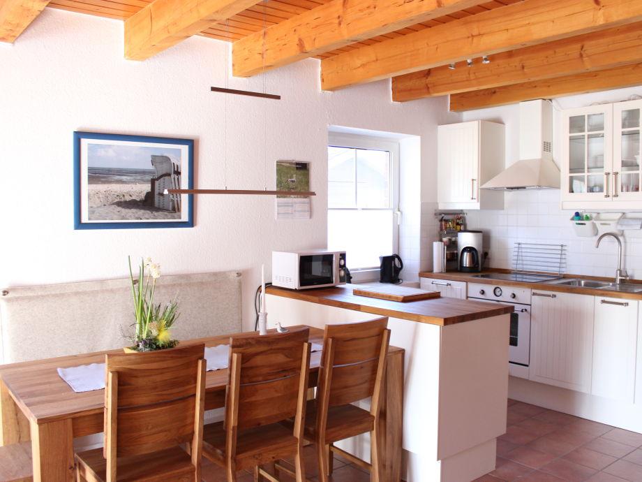 Moderne Küche mit angrenzendem Eßbereich