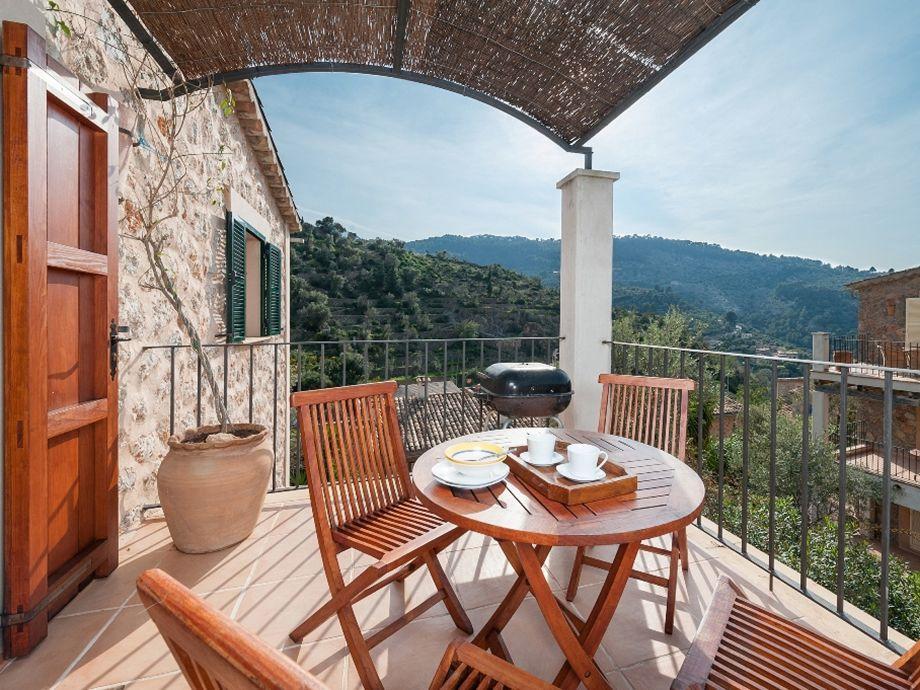 Möblierte Terrasse mit Grill und Blick auf die Berge