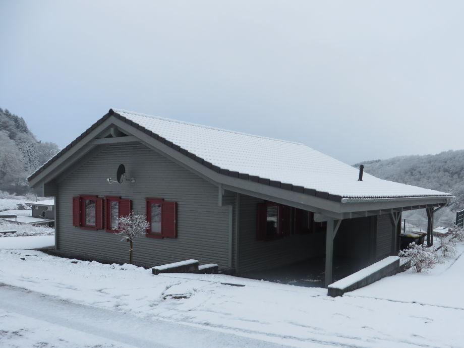 Haus elf im Winter bei Schnee mit überdachten Carport