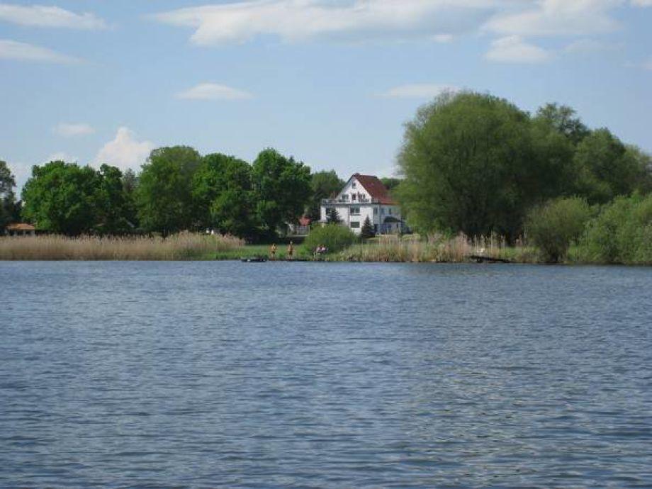 Blick vom See auf das Grundstück