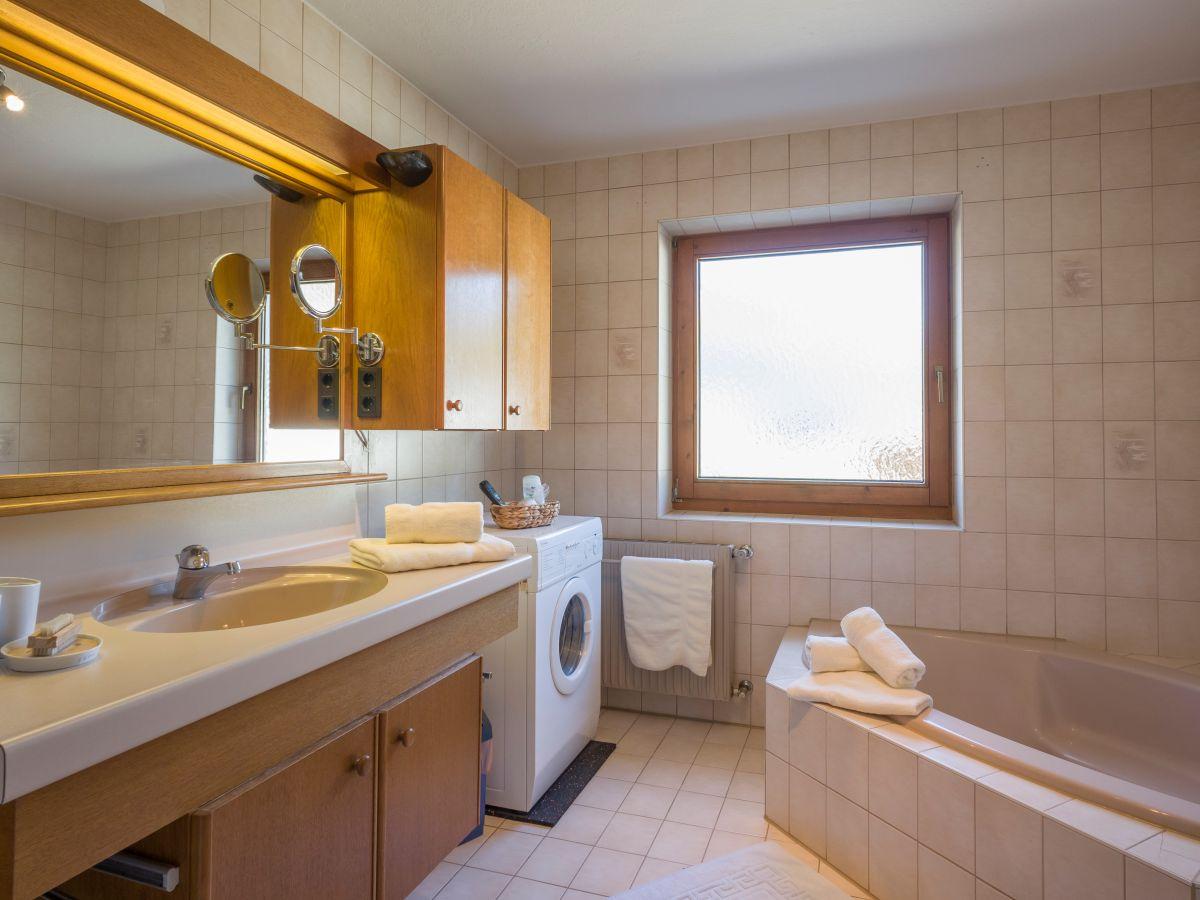 Ferienwohnung penthouse penkenblick zillertal naturpark - Badezimmer mit dusche und badewanne ...