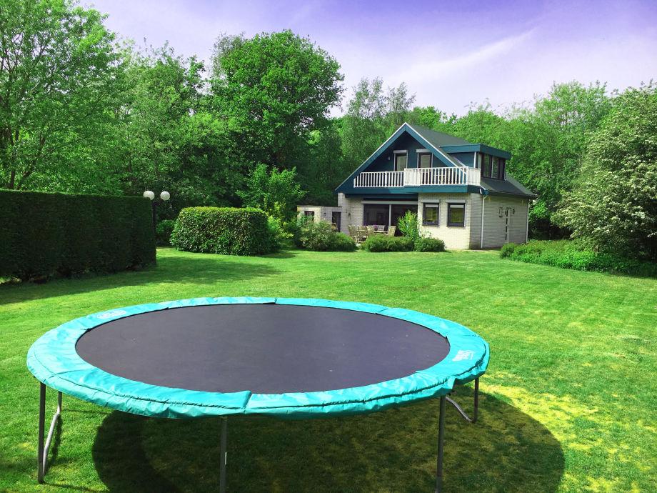 Der Blick auf das Ferienhaus mit Trampolin