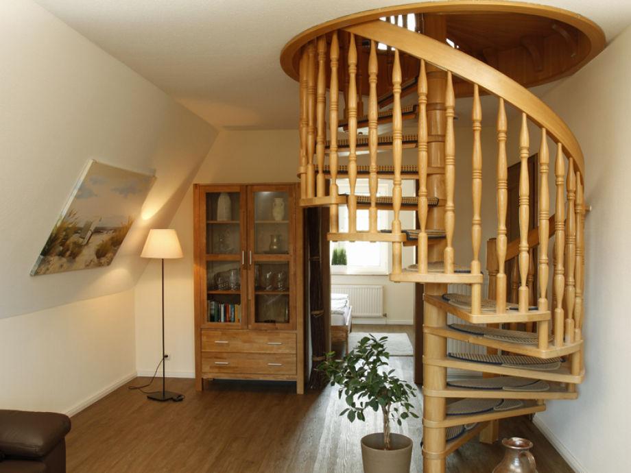 Wohnzimmer mit Aufgang zum Schlafzimmer 2