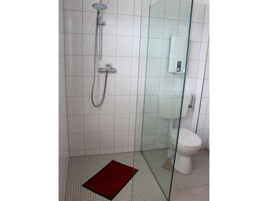 begehbare dusche mit fenster verschiedene. Black Bedroom Furniture Sets. Home Design Ideas