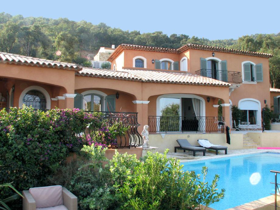Große Villa mit Pool und Sonnenliegen