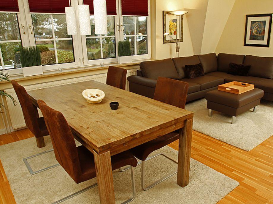 Modernes und helles Wohnzimmer mit Balkon