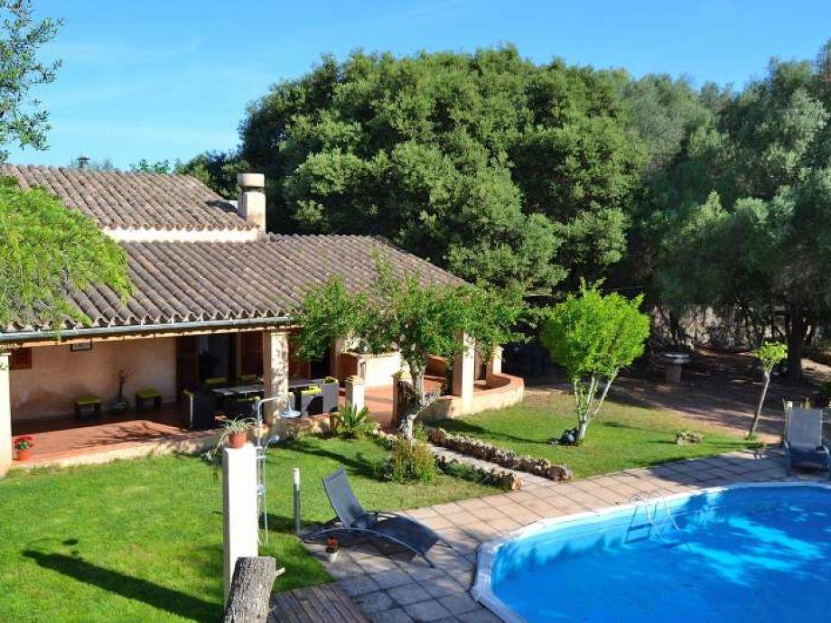 herrlicher Ausblick aufs Haus, Pool und Gartenanlage