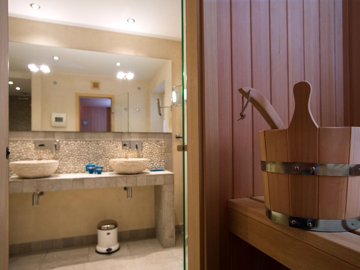 Ferienhaus rantum lodge rantum sylt frau birte clarenbach - Badezimmer sauna ...