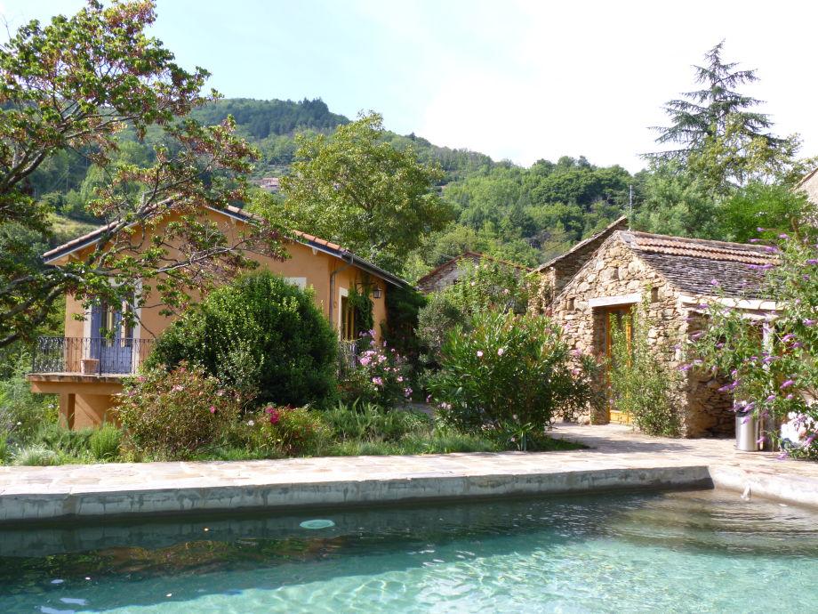 Blick auf Weinbauernhaus L'Ostal du Sud und Poolhaus